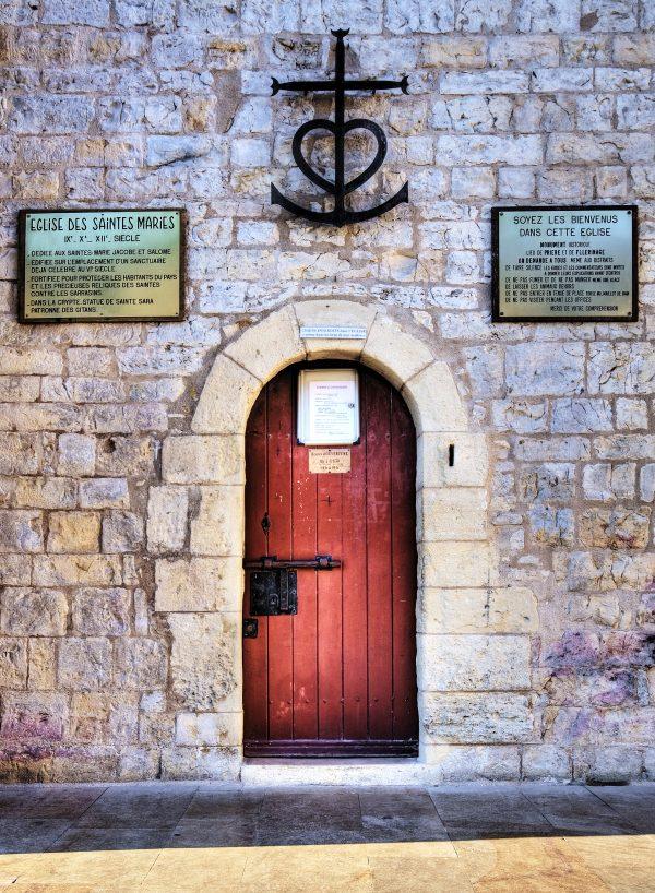 Une entrée avec une porte rouge