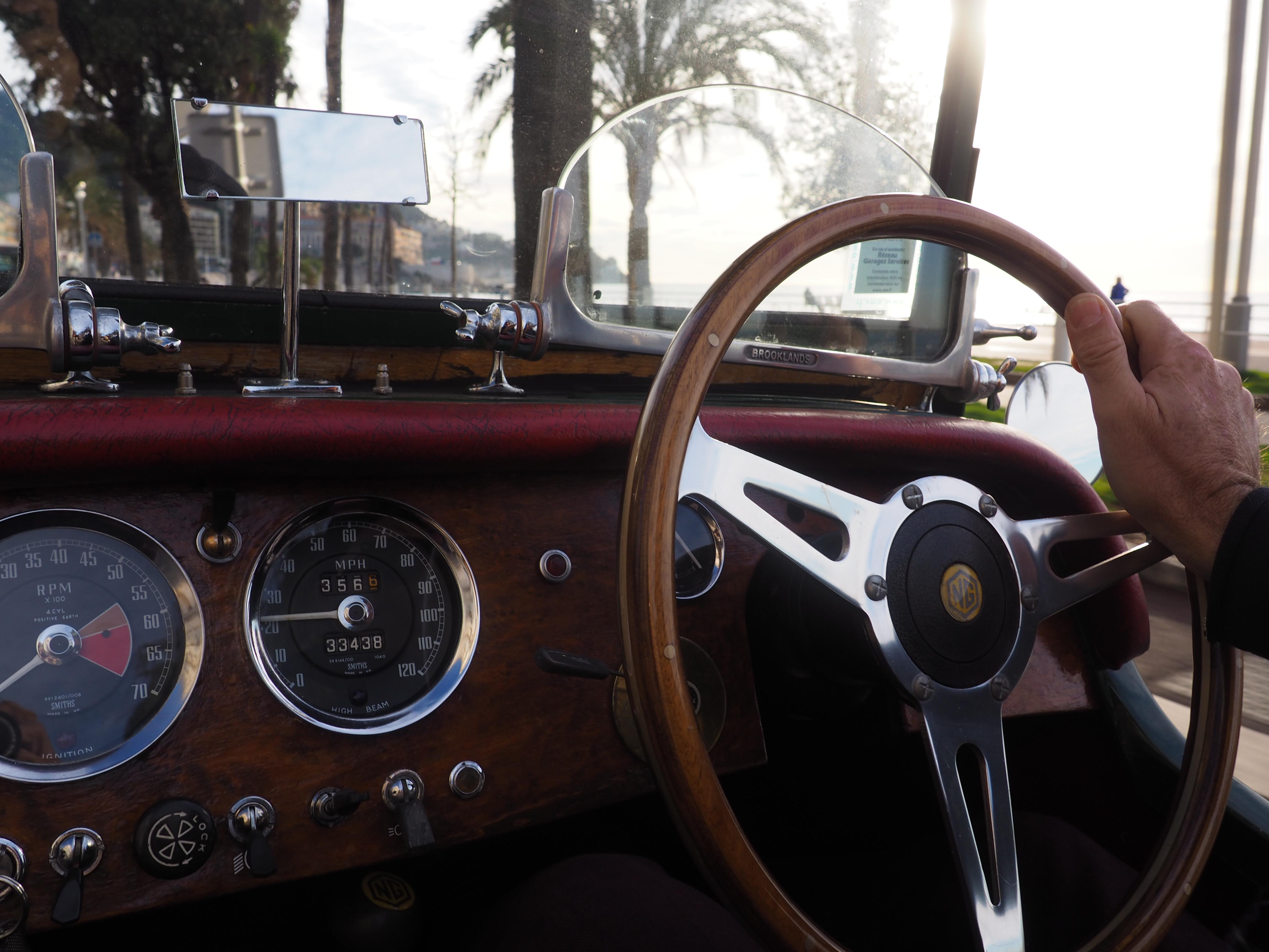 Le volant d'une voiture de collection