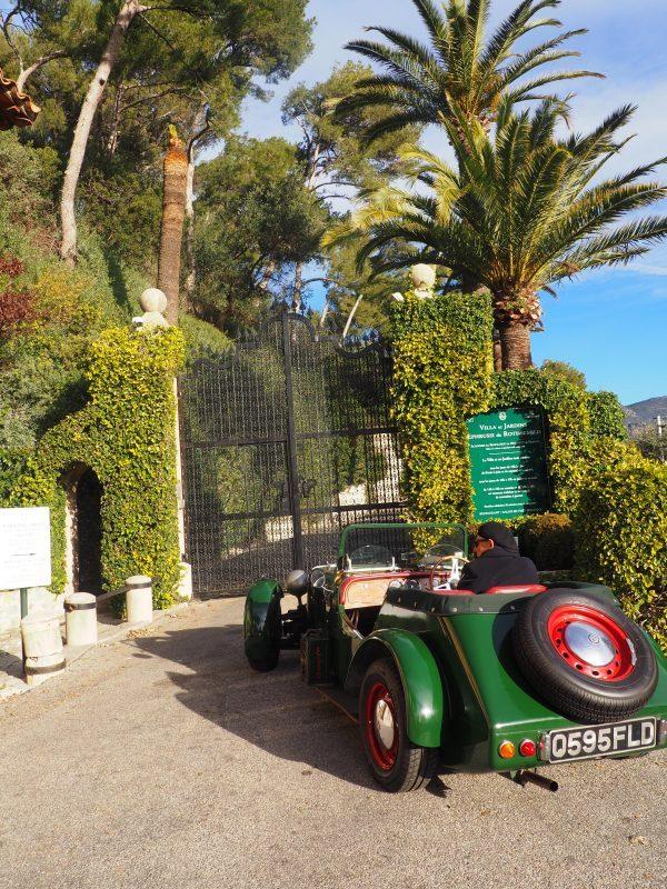 Une voiture de collection verte